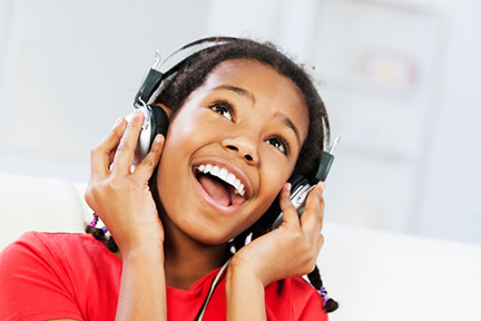 kid-listen-headphones-wp